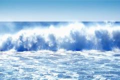 разбивая огромные волны Стоковое фото RF