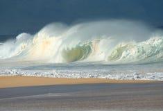 разбивая северные волны берега Стоковые Фото