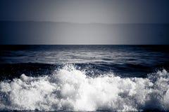 разбивая драматическая волна Стоковая Фотография RF