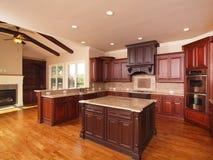 разбивочная домашняя сторона роскоши кухни острова Стоковая Фотография RF