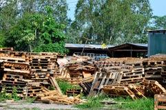 разбивочное повторное пользование паллета деревянное Стоковые Изображения RF