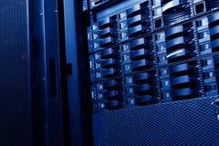 разбивочные данные по группы кладут сервера на полку Стоковое Фото