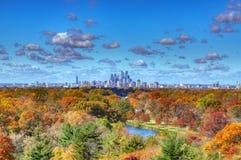 Разбивочный горизонт Филадельфии города с цветами падения стоковое фото