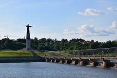 Разбивочный Чебоксар с пешеходного patroness моста и матери Стоковые Изображения RF