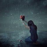 Разбитый сердце во время шторма дождя Стоковые Изображения RF