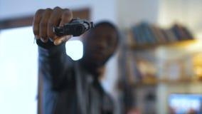 Разбойник направляя с оружием видеоматериал