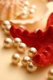 Разбрасывать белые перлы Стоковые Фото