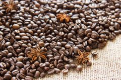 Разбрасывают зажаренные в духовке кофейные зерна на дерюгу с анисовкой стоковая фотография
