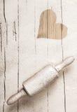Разбросанная мука на старой деревянной вращающей оси Стоковые Фотографии RF