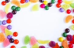 Разбросанная покрашенная конфета на ограниченном Стоковые Фотографии RF