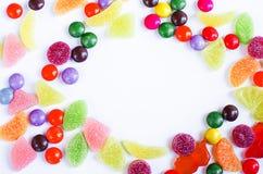 Разбросанная покрашенная конфета на ограниченном Стоковое Изображение