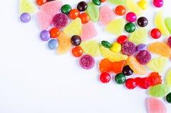Разбросанная покрашенная конфета на ограниченном Стоковая Фотография