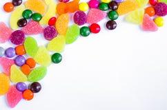 Разбросанная покрашенная конфета на ограниченном Стоковое Изображение RF