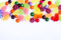 Разбросанная покрашенная конфета на ограниченном Стоковое Фото