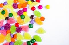 Разбросанная покрашенная конфета на ограниченном Стоковые Изображения RF