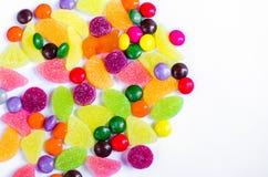 Разбросанная покрашенная конфета на ограниченном Стоковое фото RF