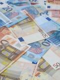 Разбросанные банкноты евро Стоковые Изображения