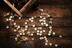 Разбросанные верхние части бутылки и клеть пустых бутылок Стоковые Фото