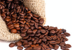 Разбросанные зерна кофе на белой предпосылке Стоковое фото RF