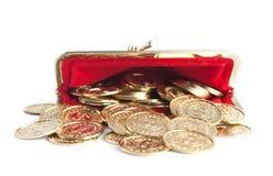 Разбросанные золотые монетки в горячем красном портмоне Стоковые Изображения RF