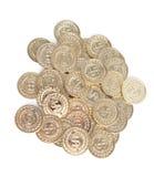 Разбросанные золотые монетки, изолированные на белизне стоковая фотография