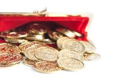 Разбросанные золотые монетки серебра и в красном портмоне Стоковые Фото
