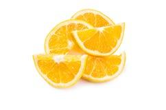 Разбросанные куски апельсина на белой предпосылке Стоковая Фотография RF