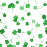 Разбросанные клевера - предпосылка дня ` s St. Patrick Стоковое Изображение