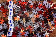 Разбросанные части головоломки стоковые изображения