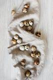 Разбросанные яичка триперсток на linen салфетке Стоковое Изображение