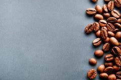 Разбросанный дизайн рамки кофейных зерен на предпосылке космоса экземпляра стоковые изображения