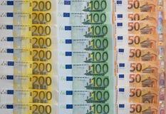 Разбросанный 200 евро, 100 евро, 50 банкнот евро, европейская валюта - предпосылка Стоковое фото RF