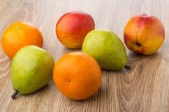 Разбросанный на tangerines, груши и нектарины таблицы Стоковая Фотография