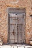 Разваленная деревянная дверь с старым резным изображением Стоковое Изображение