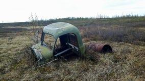 Развалина автомобиля в севере Сибиря в России стоковые фото