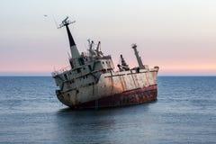 Развалина корабля на заходе солнца Стоковое Фото