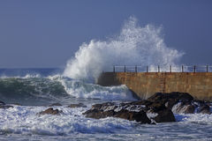 Развевайте выплеск около пристани маяка, Порту Стоковое Изображение RF