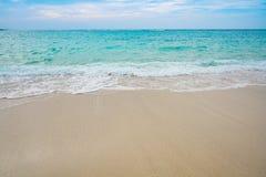 Развевайте и пена моря на пляже песка Стоковые Изображения