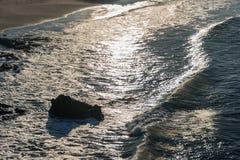 Развевайте на взгляде пляжа сверху, отражения солнца на воде Стоковая Фотография
