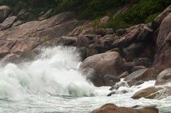Развевайте разбивать против камней на скалистом пляже - сила natur Стоковая Фотография RF