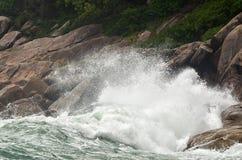 Развевайте разбивать против камней на скалистом пляже - сила natur Стоковые Изображения RF