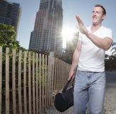 развевать красивого человека гуляя стоковые фото