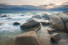 Развевать над камнем в пляже стоковые фото