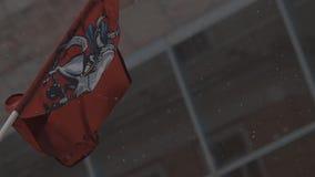 Развевать перед эмблемой революции здания с гербом Москвы видеоматериал