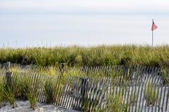 Развевать флага США пляжей Новой Англии стоковые изображения rf