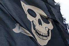 Развевая Веселый Роджер флага пирата Стоковые Изображения