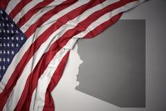 Развевая национальный флаг Соединенных Штатов Америки на серой Аризоне заявляет предпосылку карты стоковая фотография rf