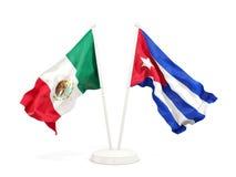 2 развевая флага Мексики и Кубы изолированных на белизне бесплатная иллюстрация