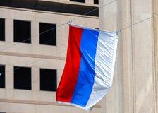 Развевая флаг Квебека против здания Стоковые Изображения RF