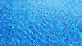 Развевая чистая вода в бассейне с голубым дном, взгляд сверху акции видеоматериалы